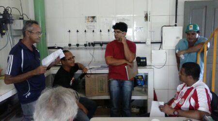 Trabalhadores analisam a pauta a ser entregue á direção do SAAE