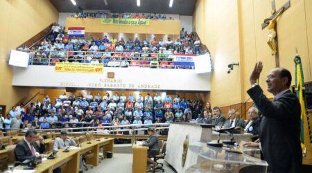 Galerias da Alese lotadas, Pedro Romildo fala na tribuna